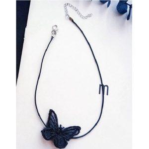 Collier noir à motif papillon