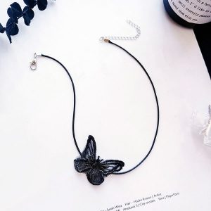 Collier noir papillon