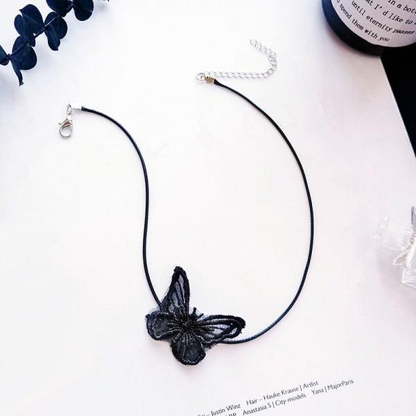 Collier noir papillon