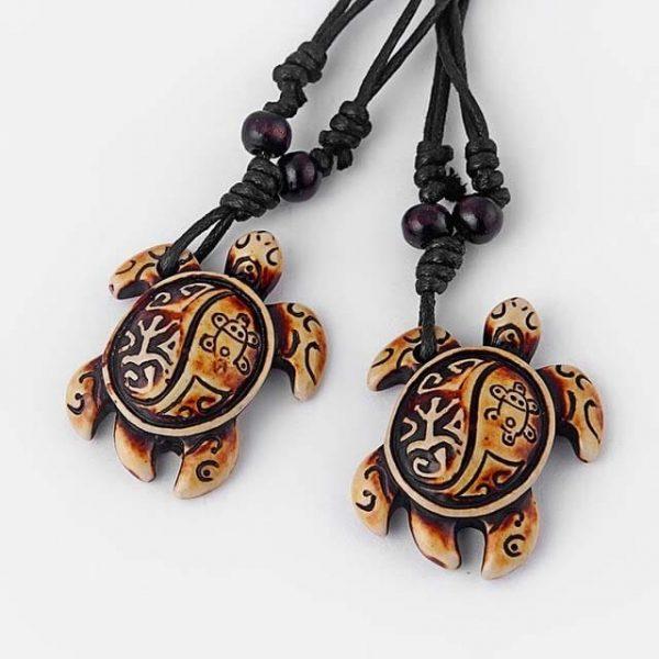 Collier tortue ethnique tribal avec carapace claire à motifs