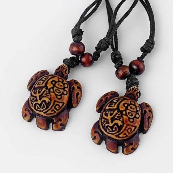 Collier tortue ethnique tribal avec carapace foncée à motifs